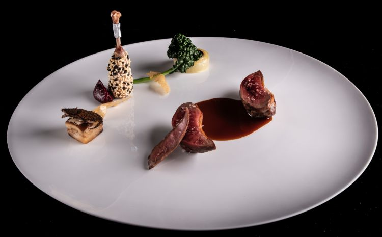 Un classico del menu della Locanda di Orta, ilPiccione scomposto: una suprema arrosto, una coscia confit con datteri e foie gras,patate e alga nori