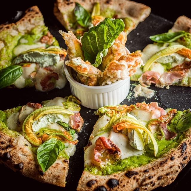 La pizza alle zucchineomaggia gli ospiti di un fritto di fioridi zucca farciti con ricotta