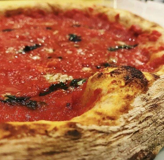 Da TasteIt la pizza è croccante fuori e morbida dentro, realizzata con farine Petra del Molino Quaglia e percentuali di lievito bassissime grazie alla lunga lievitazione che l'impasto subisce