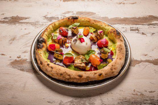 Il Bacio di Klimt:crema di zucchine, crema di patate gialle e viola, crema di barbabietola, pois di crema di peperoni gialli, datterini aromatizzati, melanzane zucchine e peperoni grigliati, germogli e burrata barese. Una delle creazioni di Ippazio Ricchiuto della pizzeria Spicchi d'Arte a Tricase (Lecce)