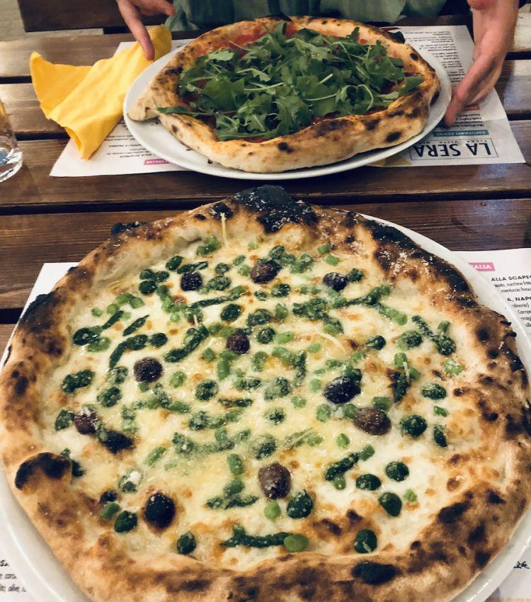 Pizza vista mare: in primo piano La bella e fiorita Liguria, dietro la Cetara