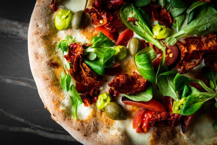 Pomodoro camone, cucunci, pistacchio, fiordilatte, portulaca e peperone crusco: una delle 15 pizze proposte nel menù di Inedito