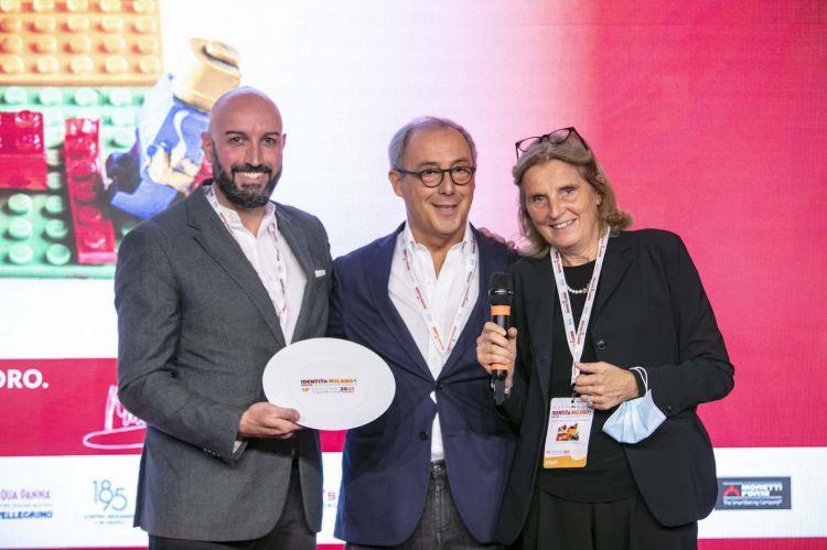 Per il premio Identità di Sala, Massimo Raugi, il restaurant manager di Villa Crespi. Premiano Cristina Franceschetti e Alessandro Guidi di Caraiba
