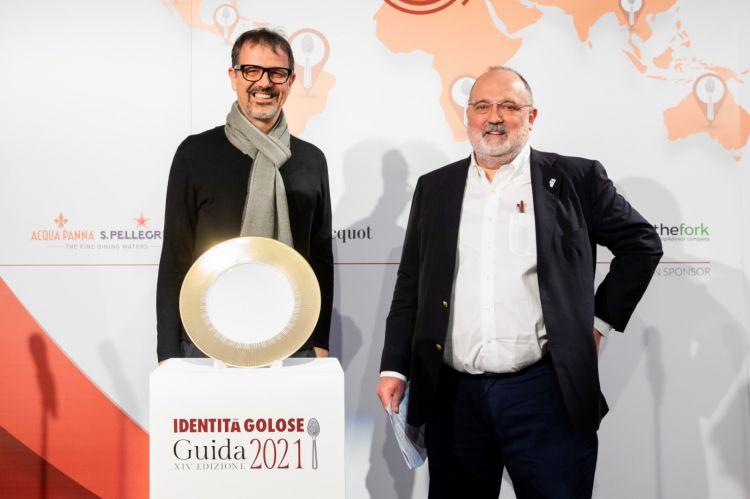 """Lo chef Antonio Guida che ritira dalle mani di Paolo Marchi il premio come """"Miglior pastry chef"""" per la Guida Identità Golose 2021, vinto da Di Lena, impossibilitato a essere presente alla cerimonia"""