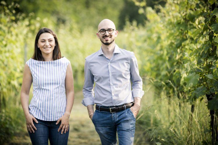 I due cugini Danesi: Mario, vice-presidente del Consorzio Montenetto ed Elena, laureata in psicologia e appassionata del mondo del vino. Sono i titolari della Cantina San Michele