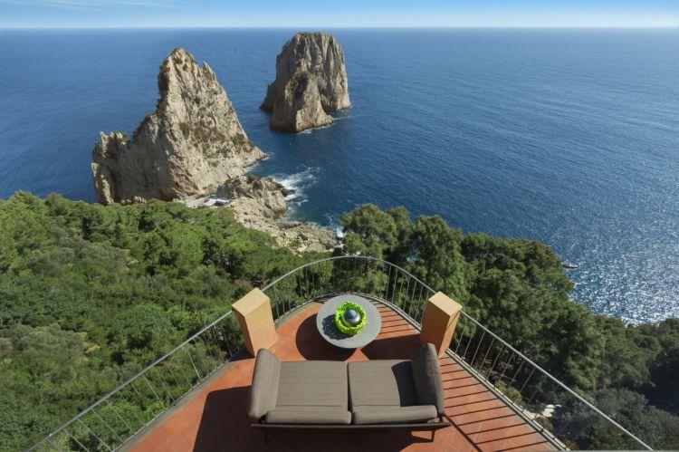 Uno scorcio suggestivo dell'Hotel Punta Tragara di Capri, l'isola che ispiraDaniele Chirico:un concentrato dibellezza, mare, sole e vita