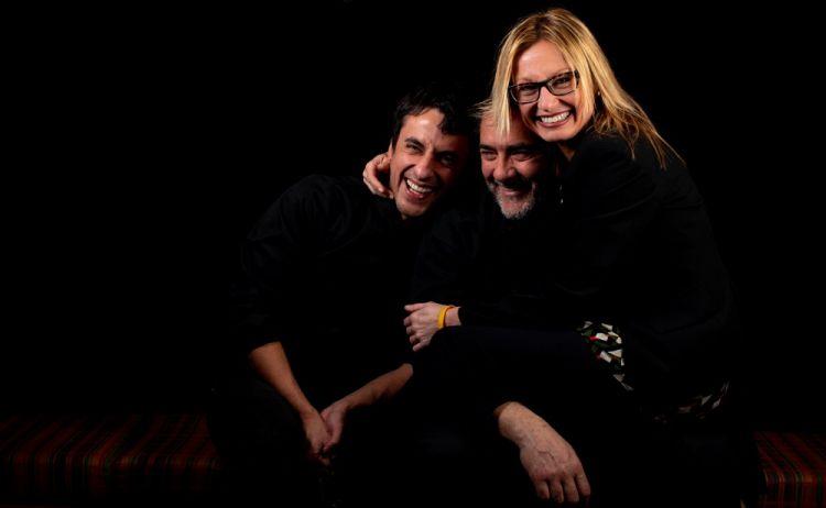 Stefano Masanti stretto in un abbraccio tra la moglieRaffaella Mazzina e il sous chef, e socio,Stefano Ciabarri