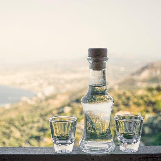 Il raki o tsikoudia è un distillato a base di uva (ma anche di altri frutti dall'alto contenuto di zuccheri) e aniceche appare in ogni singolo aspetto dell'attività sociale e in ogni casata dell'isola