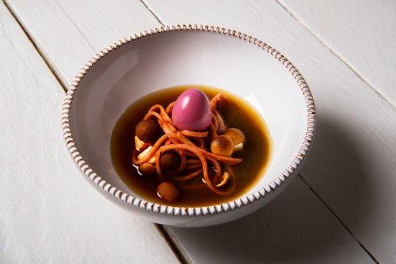 Ramen vegetale di melanzane: un piatto firmato Cinzia Mancini che cura la proposta culinaria del ristorante Orto del Nina Trulli Resort