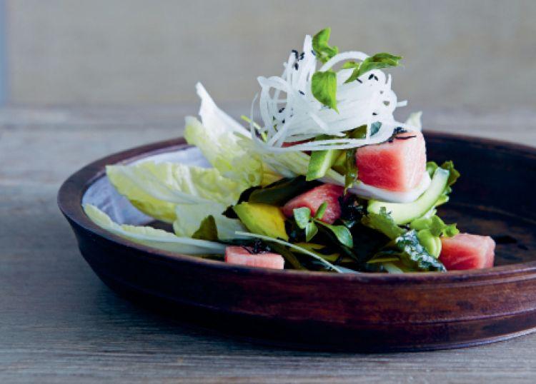 Tonno crudo, rape, insalata di fagioli di soia e condimento ispirato al Giappone. E' uno dei piatti contenuti nel libro