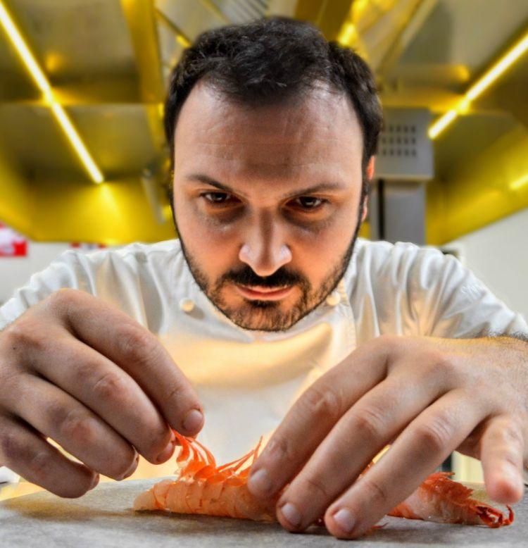 Remo Capitaneo, sous chef di Enrico Bartolini al ristorante Mudec di Milano, premiato da Andrea Bino Direttore Marketing Surgital