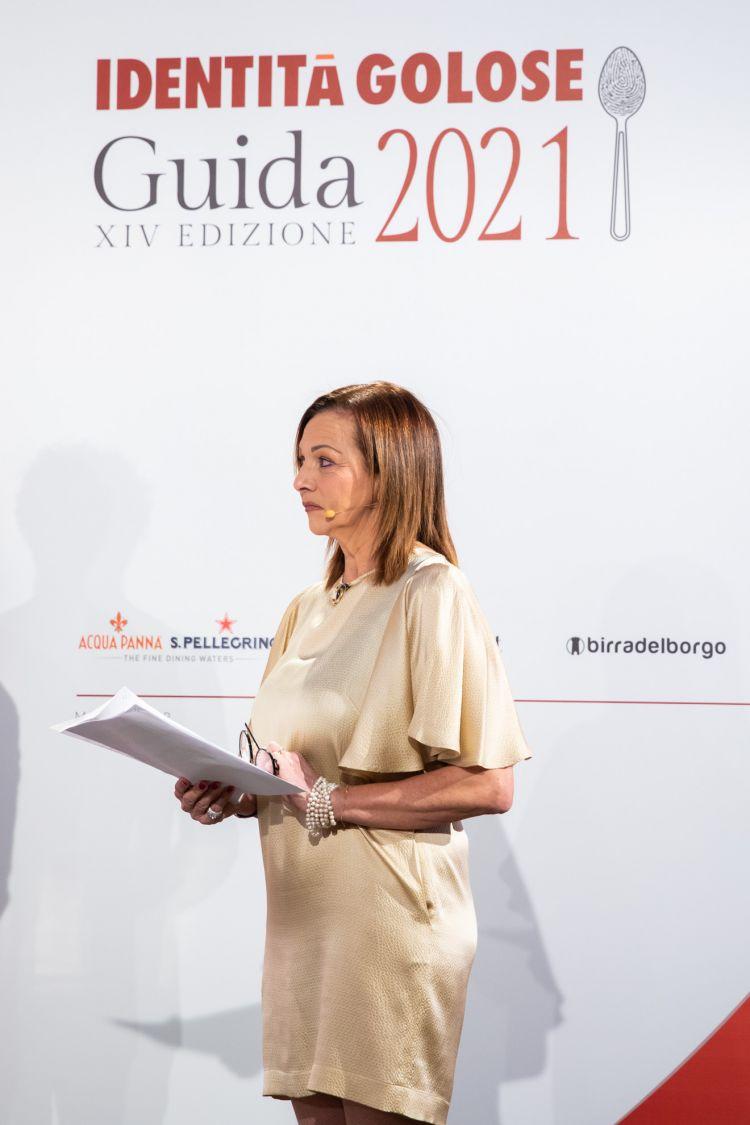 Cinzia Benzi sul palco, elegante come sempre