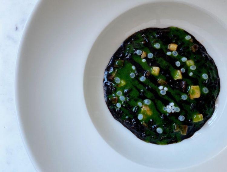 Riso nero Otello, ragù di seppia, salsa al nero di seppia, crema di erbe (Motelombroso)