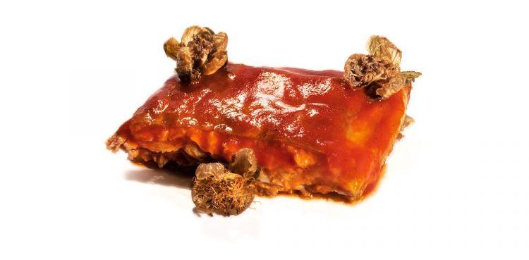 Agnello, ketchup di peperoni e capperi fritti