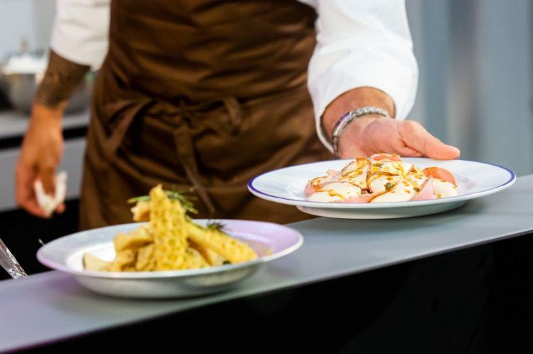 Due piatti preparati da Rossi durante le sue lezioni, due piatti iconici di Trippa: la trippa fritta e il vitello tonnato