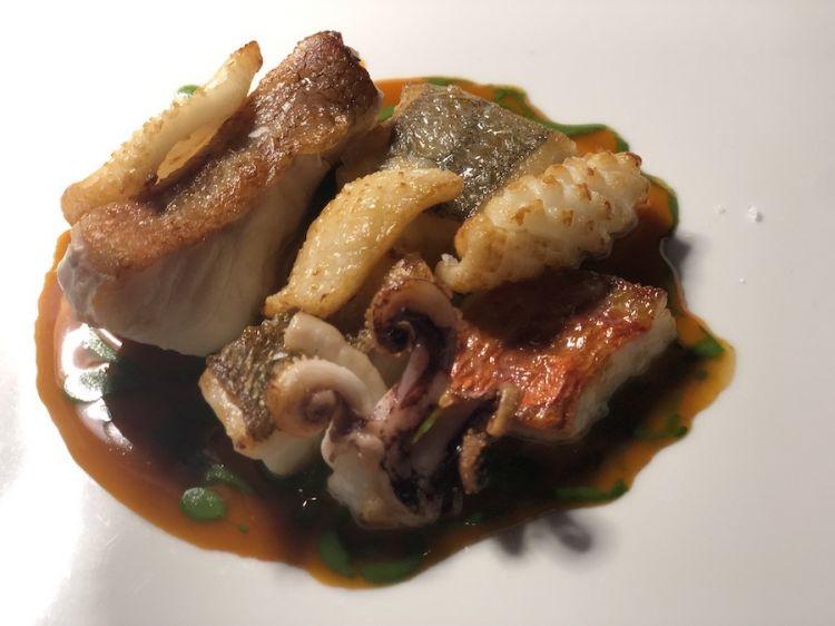 La zuppa di pesce proposta tra giugno e luglio da Edoardo Traverso, il giovane resident chef che tra poco la ritoccherà per renderla più consona al momento della pausa pranzo nell'hub di Romagnosi
