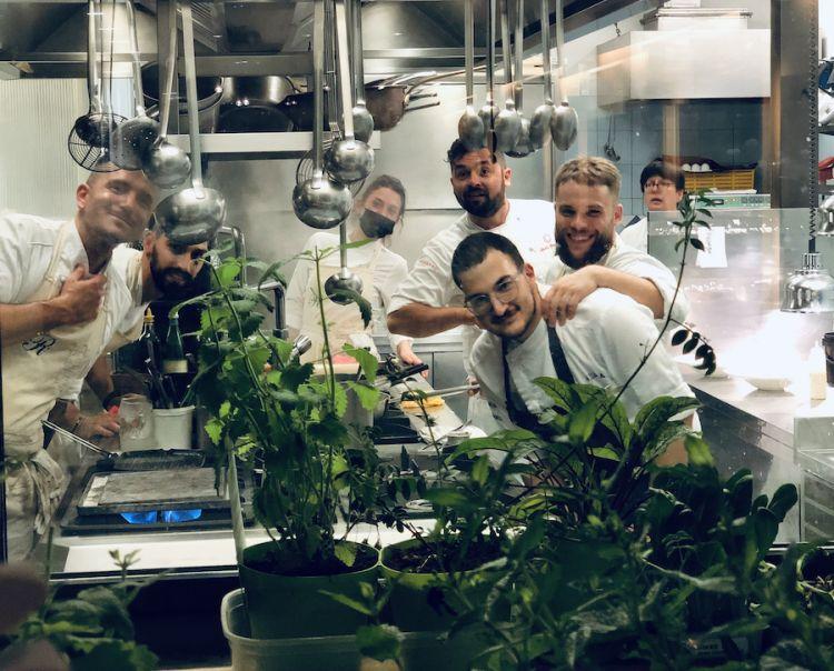 Foto ricordo della brigata di cucina di Romano a Viareggio