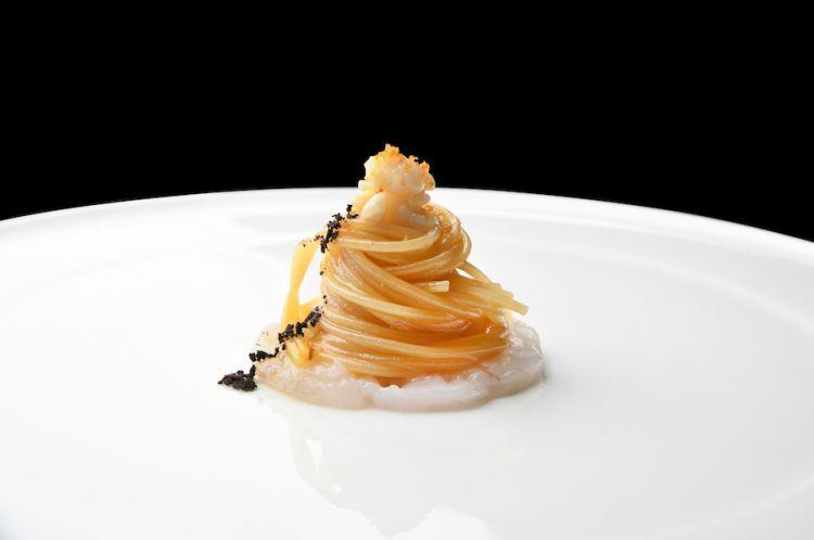 Spaghetto aglio, olio e peperoncino con scampi, polvere di olive e bottarga di muggine di Cabras