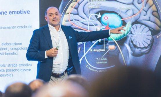 Vincenzo Russoè professore associato di Piscologia dei consumi e Neuromarketing all'università Iulm di Milano, presso la quale è anche direttore scientifico del centro di ricerca di Neuromarketing e direttore del master in Food&Wine Communication(fotobartumagazine.it)