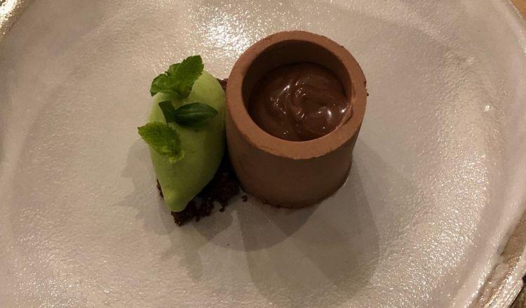 Tortino estivo al Cioccolato, con salsa al cacao e gelato alla menta e basilico