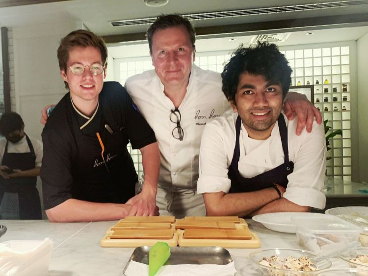 Right to left,Himanshu Sainiat the four-handed event with Christophe Hardiquestof restaurant Bon Bonin Brussels, 2 Michelin stars. With them, to the left, the young Belgian chef Basile De Wulfof Basilein La Bruyère(photo Thomas Barker)