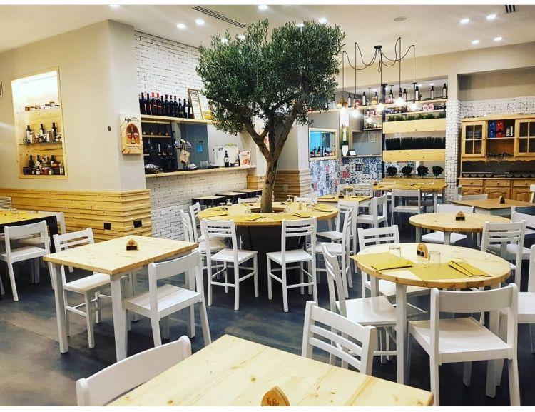 Uno scorcio della sala di Doro Gourmet a Macerata Campania (Caserta) con il caratteristico albero di ulivo al centro