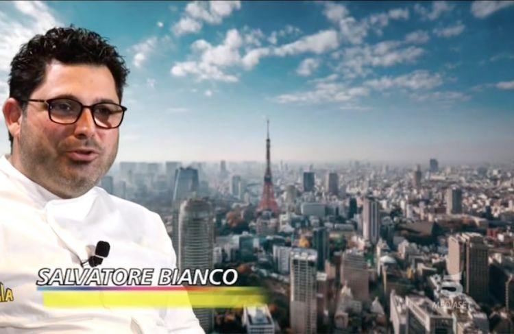 Salvatore Bianco e alle sue spalle Tokyo