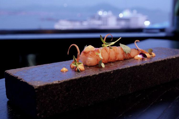 Declinazioni del gambero: qui il crostaceo marinato in acqua di mare, la salsa della sua testa cotta alla brace. Poi un secondo assaggio: la testa fritta con la spirulina. Terzo assaggio: un brodetto di carapace e uova