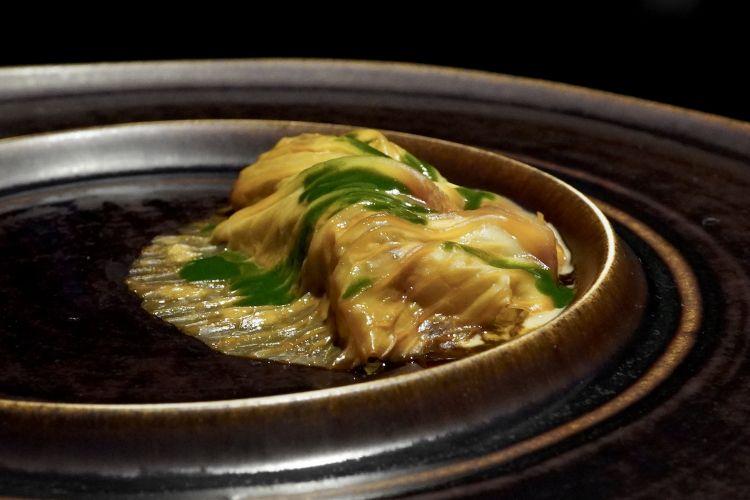 Eccezionale questo Capocollo di maiale con kimchi di verza, salsa ai funghi e salsa al coriandolo
