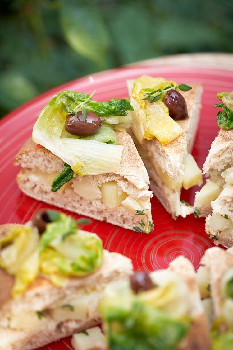 Scarola, olive taggiasche, patate, toma piemontese e timo