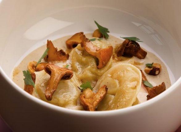 Kit ravioli ripieni di porro fondente, salsa di nocciole, nocciole tostate e finferli arrosto del Distreat