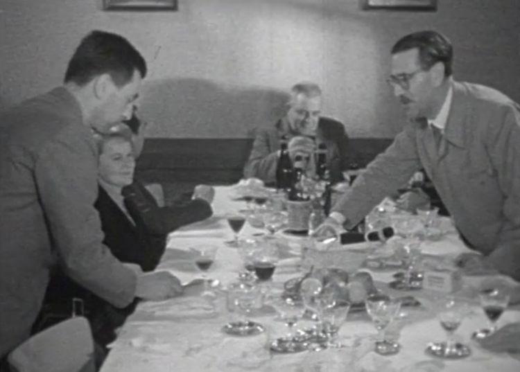 Cantarelli e Soldati, in piedi, attorno a una tavola