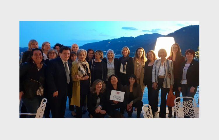 Foto di gruppo dell'Associazione nazionale delle donne del vino