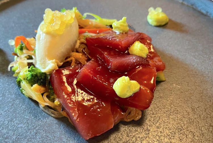 Uno degli antipasti del menù degustazione: Sashimi di tonno con insalata di asparagi, vinaigrette al tartufo e gelato al wasabi