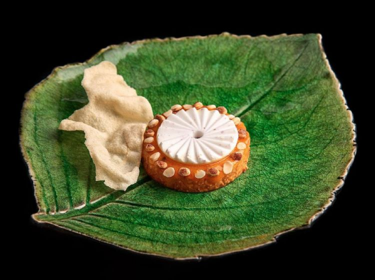 Sadhyapineapple (a preparation of different vegetarian snacks served on a leaf, typical of Kerala),payasamwith pink pepper and coconut, mango pickle and poppadum. Photo Instagram