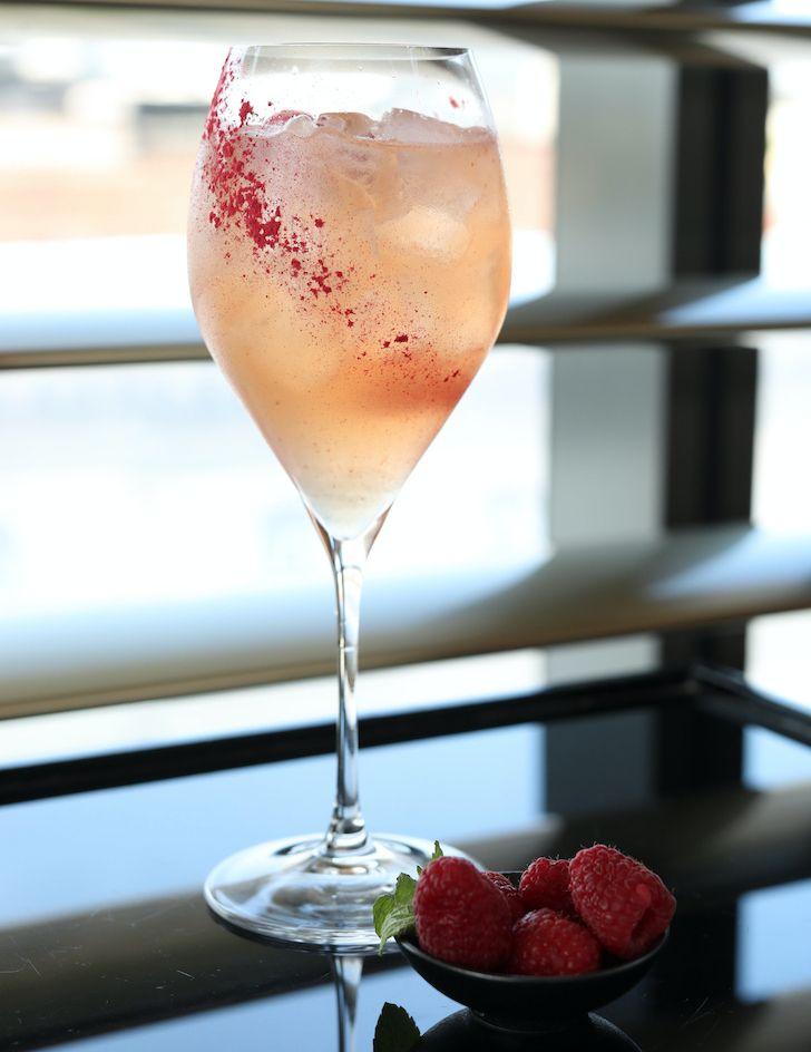 Un cocktail rinfrescante dell'Armani | Bamboo Bar realizzato con vino rosé