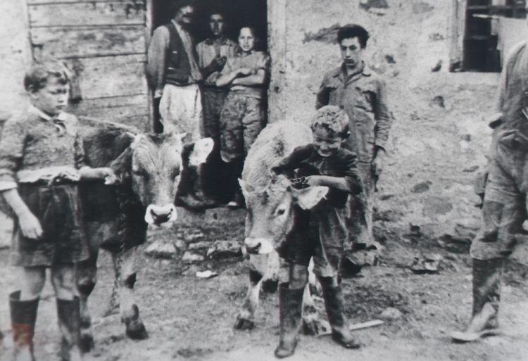 Una foto d'archivio della Malga Pozof. Al centro un Renato Gortani bambino, alla sua destra il fratello Ilario