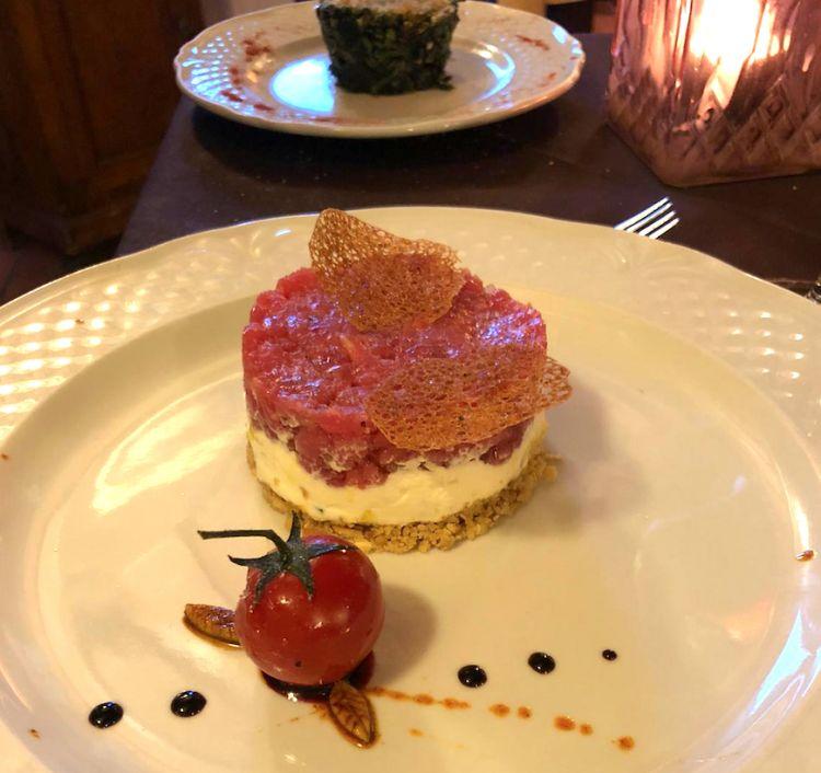 Cheesecake di Fassona:crumble croccante di pane al sesamo, formaggio fresco locale e tartare di Fassona