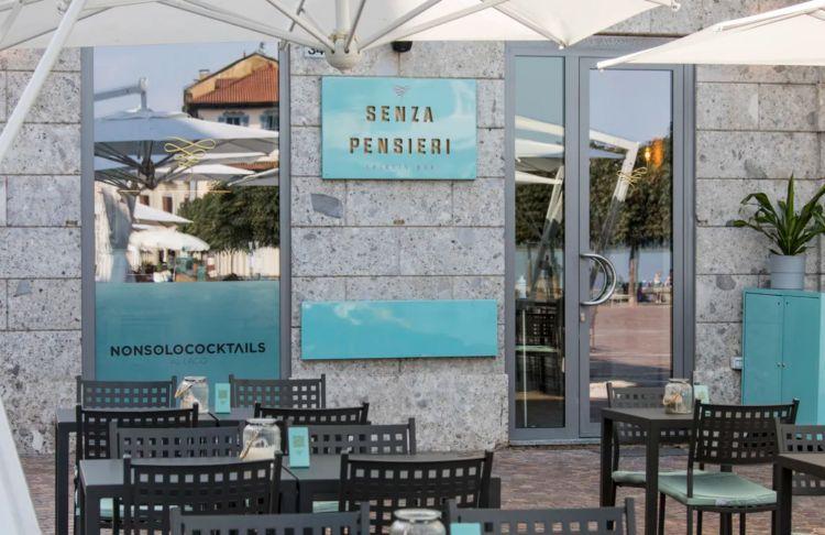 il dehors di Senza Pensieri, cocktail bar con vista sul Lago Maggiore - foto diElena Datrino