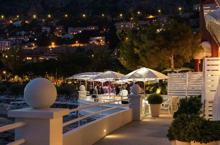 Una suggestiva immagine serale del ristorante Elsa circondato dalle luci di Monte Carlo