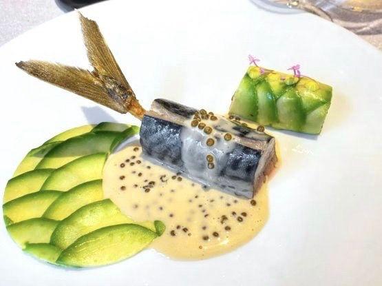 Sgombro affumicato a freddo con avocado e salsa Champagne e caviale (foto lucianopignataro.it)
