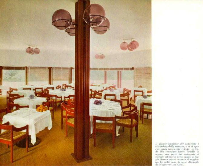 La sala ristorante del Golf Club Carimate, Como, con le sedie originali di Magistretti. La foto è tratta da Domus, novembre 1961. Evidenti le analogie con quanto sotto...