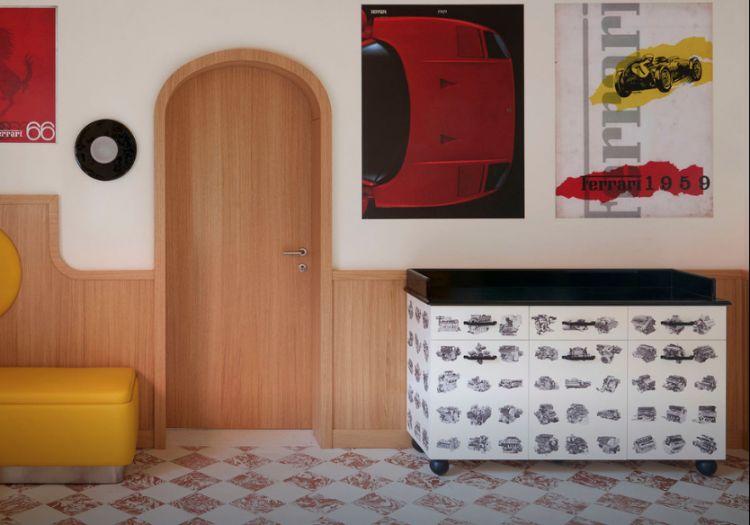 Sulla destra, una credenza del Cavallino ispirata all'arte fornasettiana