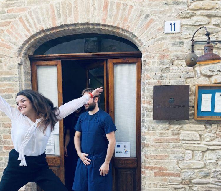 La gioia di Alice prima del servizio da Sebastiani a Ortezzano (Fermo)
