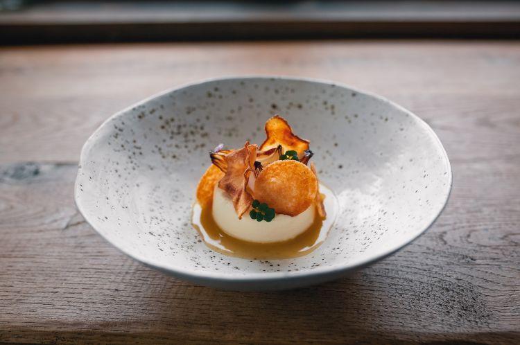 Parmigiano Reggiano 40 mesi, topinambur e cipolle, del ristorante Gric in Slovenia