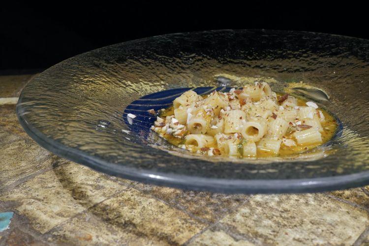 Eccellente questaPasta in brodo di pesce, ragù piccante di pesce, pomodoro, mandorle ed erbe aromatiche