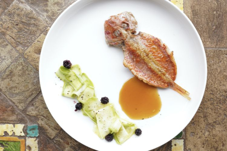Triglia 3.0 (con salsa forte, vegetale e frutta): triglia piastrata e cotta in forno, fondo di pesce, zucchine marinate e more di Vulcano