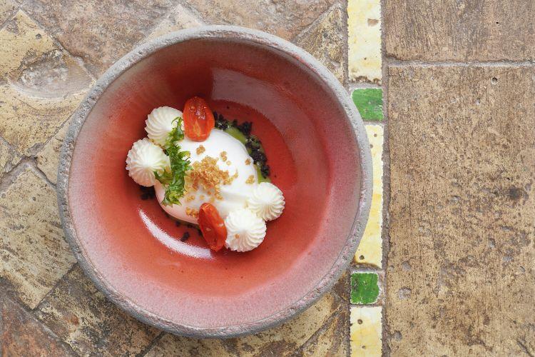 Gelato di caprino girgentano, scarola, pomodoro confit, mousse di cioccolato bianco e quinoa soffiata