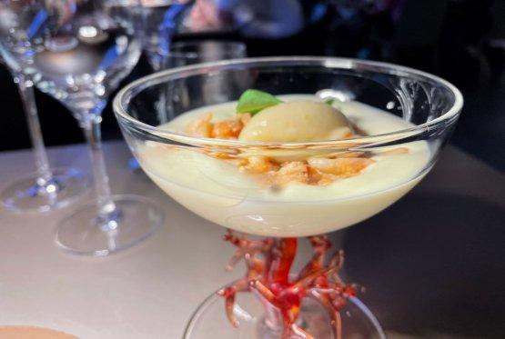 Cocktail di gamberetti «E' una nostra rivisitazione di un classico eseguita con quasi tutti i prodotti con cui lo proponevamo negli anni '80. Quindi i gamberetti di laguna, quelli un po' più piccoletti, bolliti,la lattuga...al tempo si usavala salsa rosa, noi invece abbiamo pensato di giocare conun caldo/freddo. Ilcocktail è sempre servito in una coppa, un po' più grande di quella da Martini, sul cui fondo mettiamo un gelatomolto fresco, a base di lattuga, basilico e altre erbe aromatiche,sopra c'è una spuma leggera di patata, su cui poi viene posato il gamberetto condito con solo olio e limone. E per finire una quenelle di mela verde allo zenzero, il tocco più moderno al palato»