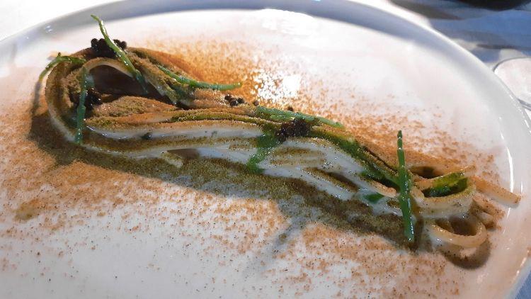 Spaghettone, maionese di ostriche, polvere di vongole, salsa al prezzemolo e asparagi di mare